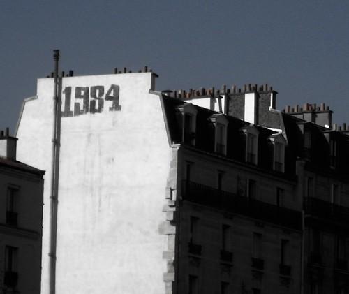 [Photo d'un batiment parisien où est inscrit 1984]