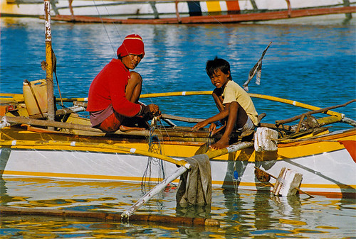 fisherman and son working on a boat sea  Buhay Pinoy Philippines Filipino Pilipino  people pictures photos life Philippinen  菲律宾  菲律賓  필리핀(공화�)
