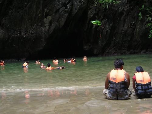 หาดภายในถ้ำมรกต