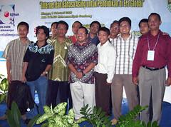 Foto bersama Dr. Onno W Purbo sehabis Workshop BSE TIK OSS