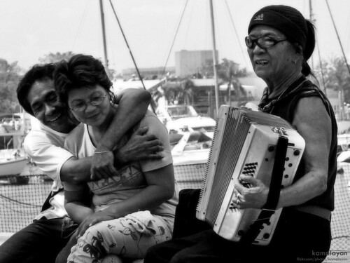 lovers couple playing music accordion baywalk manila Pinoy Filipino Pilipino Buhay  people pictures photos life Philippinen  菲律宾  菲律賓  필리핀(공화�) Philippines