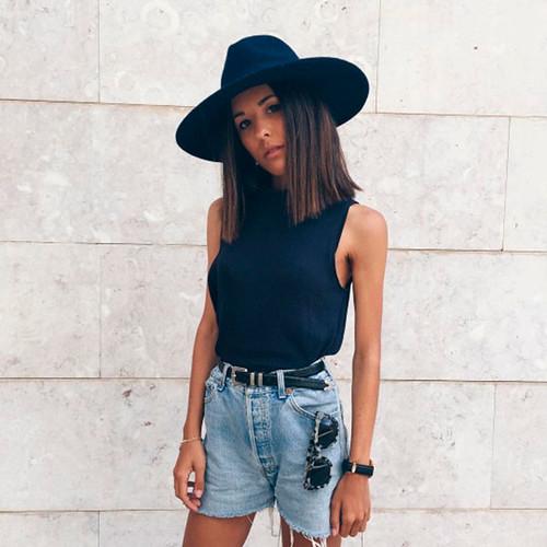 Toda francesa sabe, que independentemente de tendências passageiras, os acessórios, como cinto e chapéu fazem toda a diferença no look.