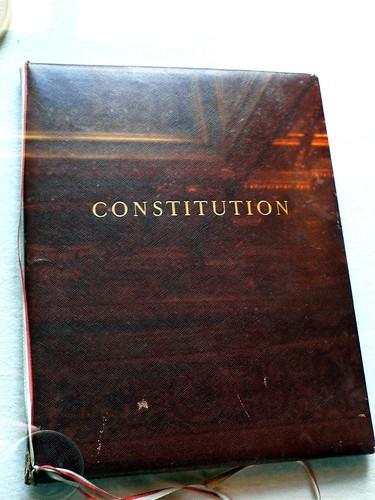 Un exemplaire officiel de la Constitution de 1958