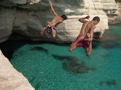 Two boys jumping & diving. Dos chicos saltando...