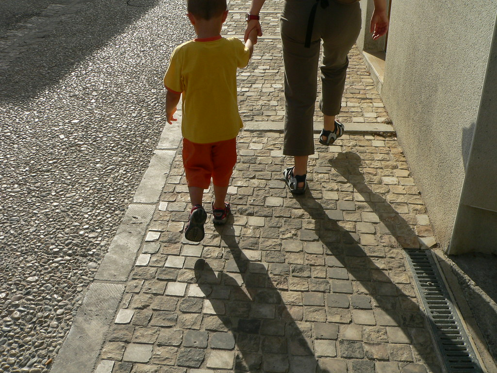 walking with mom, ile de re (Matteo e Anna in una strada dellile de re, Francia