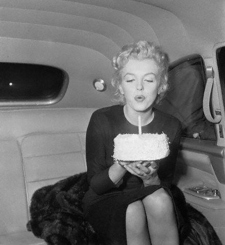 Marilyn soplándonos las velas