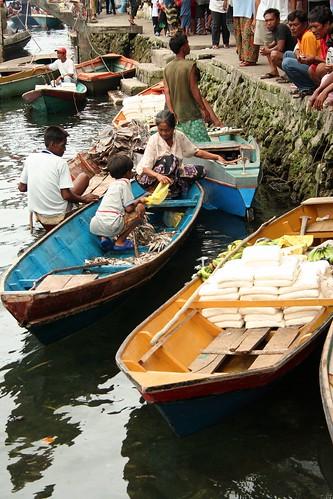 Sitangkai, Tawi-Tawi floating market causeway food seafood peddler vendor boat sidewalk Pinoy Filipino Pilipino Buhay  people pictures photos life Philippinen  菲律宾  菲律賓  필리핀(공화�) Philippines