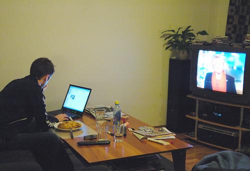 Multitarea: TV y Laptop mientras se come.