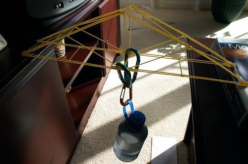 Minimalist spaghetti bridge supports 610 g por JcMaco.