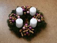 "der Adventskranz • <a style=""font-size:0.8em;"" href=""http://www.flickr.com/photos/42554185@N00/18859443190/"" target=""_blank"">View on Flickr</a>"