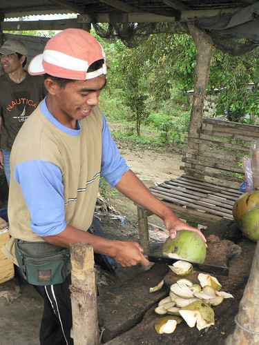 taal batangas coconut husking Pinoy Filipino Pilipino Buhay  people pictures photos life Philippinen rural scene 菲律宾  菲律賓  필리핀(공화�) Philippines