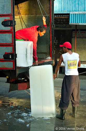 Workers unloading ice block surigao street scene rural  Buhay Pinoy Philippines Filipino Pilipino  people pictures photos life Philippinen  菲律宾  菲律賓  필리핀(공화�)