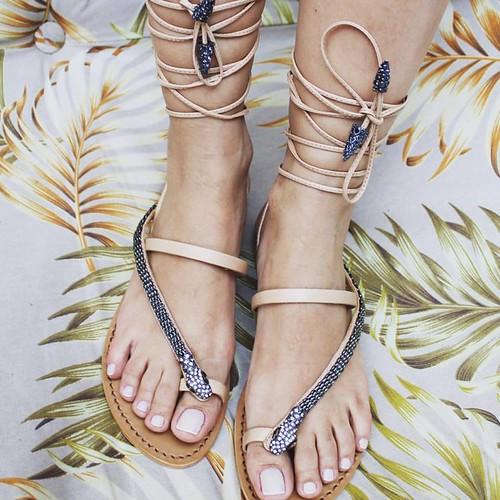 Neste Verão vamos amarrar e trançar nas pernas as rasteiras mais lindas