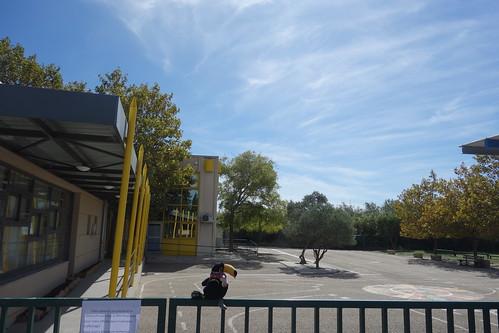 Vendredi matin, devant la cour de récréation et ses oliviers