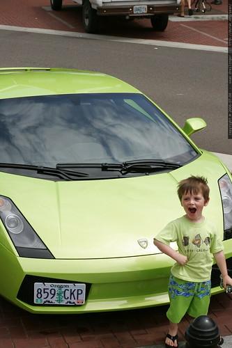 Bimbo davanti ad una Lamborghini Gallardo