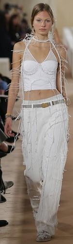 Adorei este recurso de fios desfeitos no conjunto de calça e top