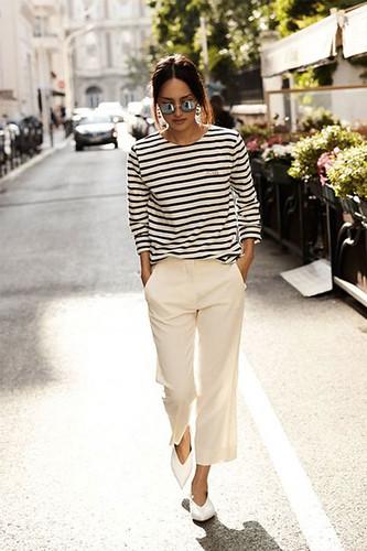 Calça branca e camiseta listrada, uma marca registrada