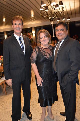 O diretor da Unimed Inaldo Régis, Silvana Robini, gerente administrativa, com o marido, Carlos