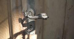 """Die Türklinke. Die Türklinken. Eine schöne alte Türklinke. Darunter steckt ein Schlüssel im Schloss. • <a style=""""font-size:0.8em;"""" href=""""http://www.flickr.com/photos/42554185@N00/31894514491/"""" target=""""_blank"""">View on Flickr</a>"""