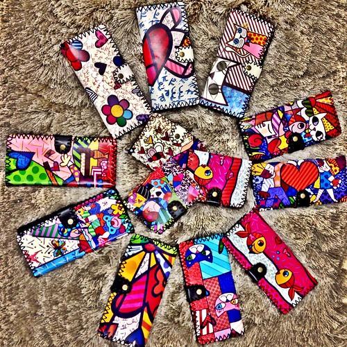 coleção de carteiras que acabaram de chegar com estampa Romero Brito!