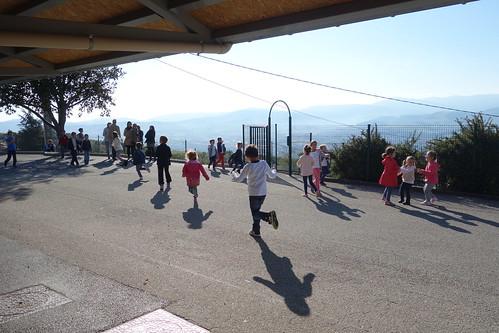 La cour de récréation donne sur le parc du Pilat