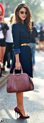 O cinto dourado marca a cintura e moderniza o look