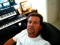 Foto de Julinho Mazzei no seu studio em Hollywood, Flórida.