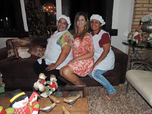 Sônia entre as profissionais da cozinha, que prepararam delícias natalinas