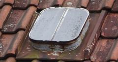 """Das Dachfenster. Die Dachfenster. Das hier ist ein altes Dachfenster. Es befindet sich auf dem Dach einer Hütte. • <a style=""""font-size:0.8em;"""" href=""""http://www.flickr.com/photos/42554185@N00/33645144062/"""" target=""""_blank"""">View on Flickr</a>"""