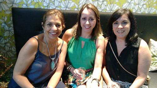 Sirlene Araújo e Suely Paiva ladeiam uma amiga