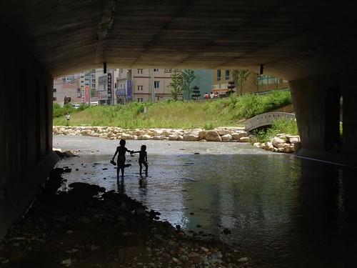 Kinder im Fluss