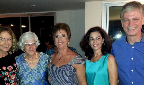 Sheila é ladeada por mim, sua mãe, tia Eunice, sua cunhada, Míriam, e seu irmão, José Maciel, o Ciel
