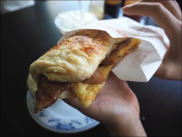 [臺中] 老陳豆漿 燒餅不只可以夾油條 還可以夾肉蛋好好吃 | 酷麥克同名網誌
