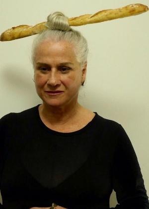 Após camisinha, Vera Holtz cria um coque com baguete