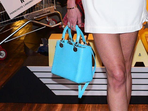 Luciana Gimenez circula com bolsa de R$ 15 mil: 'presente do marido'