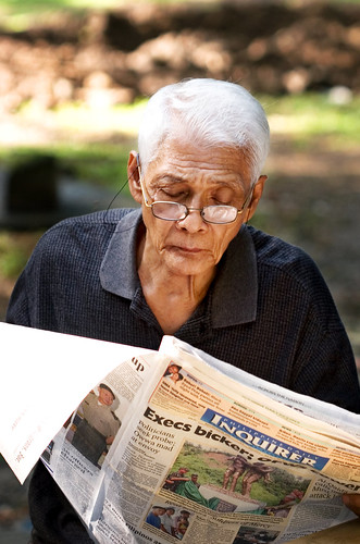 elderly old man reading newspaper in the street Pinoy Filipino Pilipino Buhay  people pictures photos life Philippinen inquirer 菲律宾  菲律賓  필리핀(공화�) Philippines