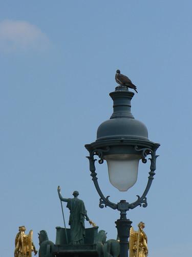 Street lamp behind Arc de Triomphe du Carrousel (by Claudecf)