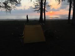 Schlafplatz mit Sonnenaufgang am Meer