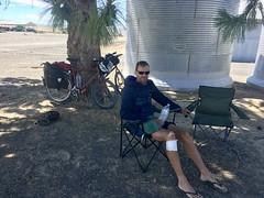 Mittagsrast im Schatten mit Campingstühle
