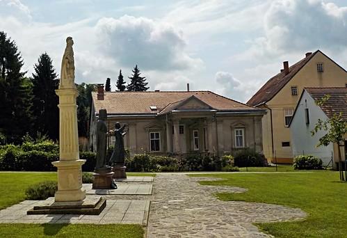 Szent Katalin plébániatemplom elő tere