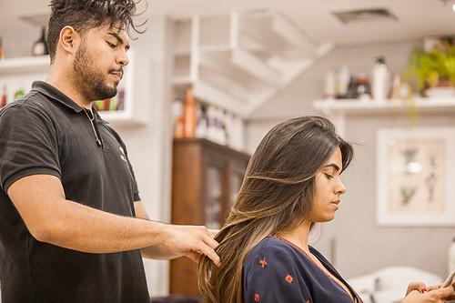 Patrick finaliza os cabelos de Marluci