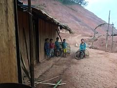Kinder beim Regen-Unterstand