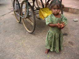 The Street is Now My Home (jeune victime dinondation en Inde) - Photo : Meanest Indian