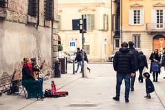 ... o ci fa ballare estasiati, mentre i grandi passano indifferenti. (Reggio Emilia, marzo 2018)