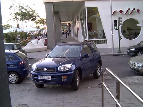 Esto de tapar un vado de peatones con el coche con la ley actual quita puntos del carné.