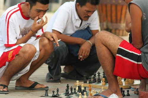 men playing chess sidewalk baywalk manila  Buhay Pinoy Philippines Filipino Pilipino  people pictures photos life Philippinen  菲律宾  菲律賓  필리핀(공화�)
