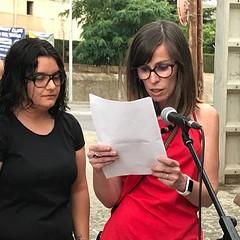 """🌈 Les @meris28 llegeixen el manifest en motiu del Dia Internacional LGTBI i en acabar se salten el guió i diuen: """"Ara que tenim el micro volem dir que el nostre camí ha estat molt fàcil perquè hem tingut sempre al nostre costat famílies i amics""""."""