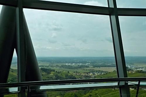 Kilátás a Vinariumból az üvegablakon át