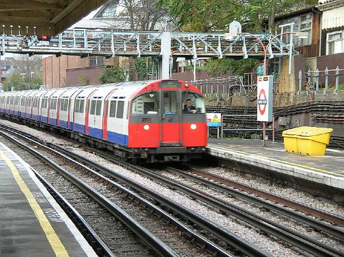 Piccadilly Line Barons Court  20051201