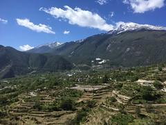 Dorf Haba mit dem Haba im Hintergrund.